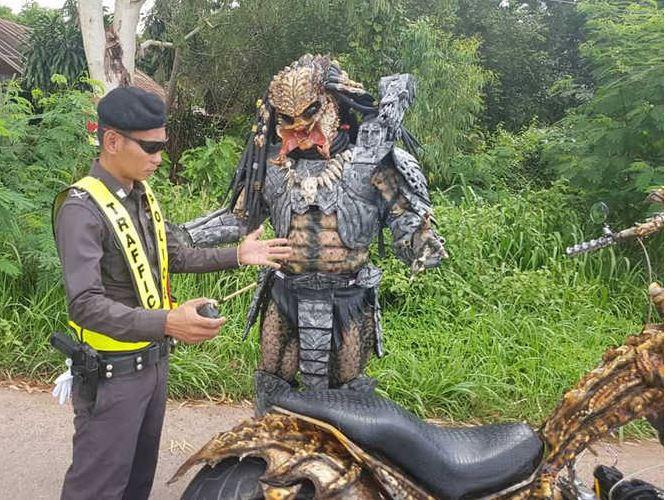 タイの警察に職務質問されるプレデター